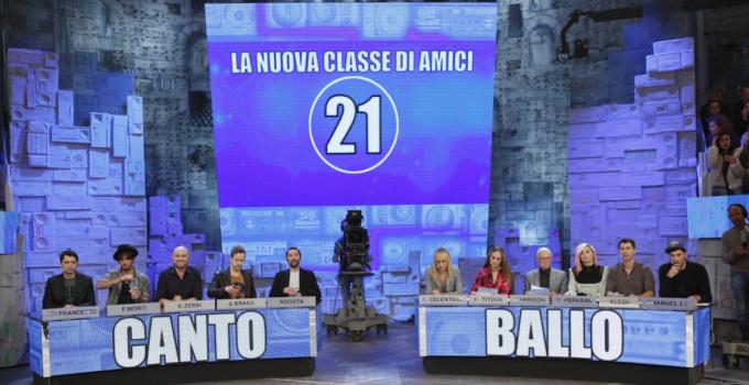 """Sabato 19 novembre alle ore 14.10 esordisce su Canale 5 la sedicesima edizione del talent show """"Amici"""" di Maria De Flippi."""