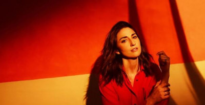 """Sara Bareilles pubblica il nuovo singolo """"Fire"""" e annuncia l'uscita dell'album """"Amidst The Chaos"""""""