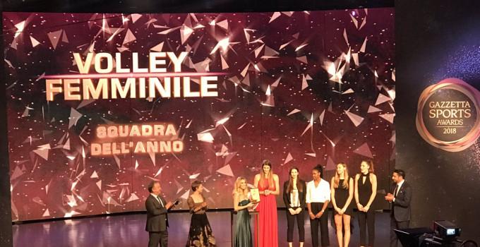 """La Nazionale Italiana Femminile di Pallavolo dona a AIL il prestigioso premio vinto ai """"Gazzetta Sport Awards""""."""