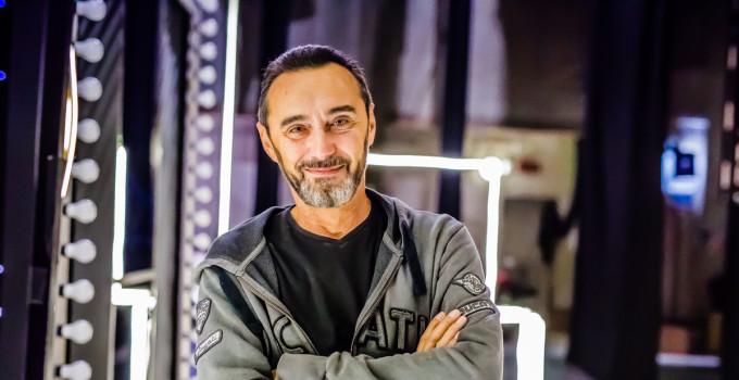 Noi Mille Volti e una bugia - il nuovo spettacolo teatrale di Andrea Sasdeli, alias Giacobazzi. è un viaggio dentro noi stessi