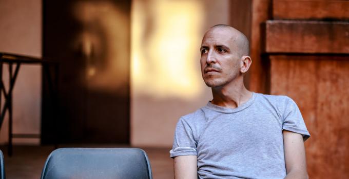 Nightguide intervista Giovanni Truppi per parlare del suo viaggio sulla lunga strada di sabbia